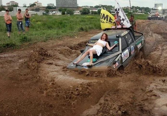 девушка на капоте машины
