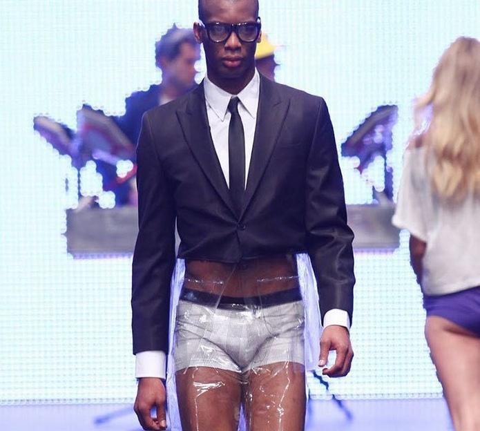 чернокожий парень в пиджаке на подиуме