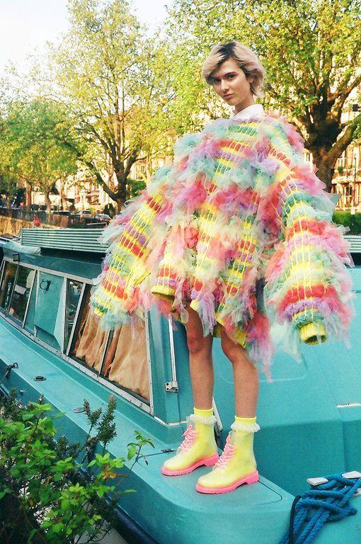 девушка в объемном свитере