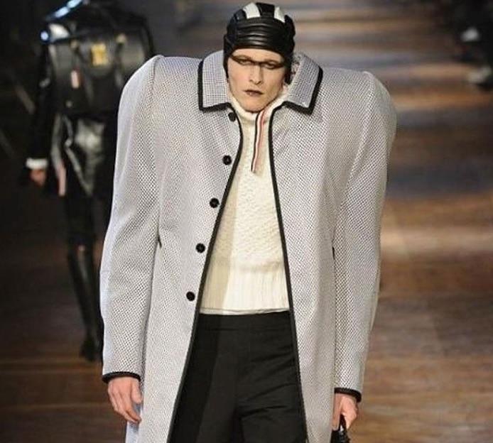 мужчина на подиуме в странной одежде