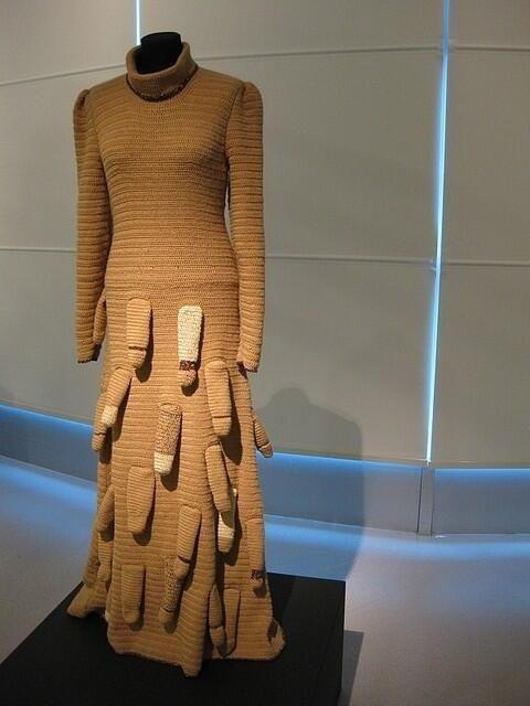 вязаное платье на манекене