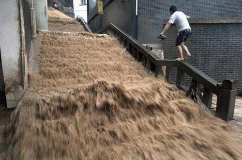 поток воды на лестнице