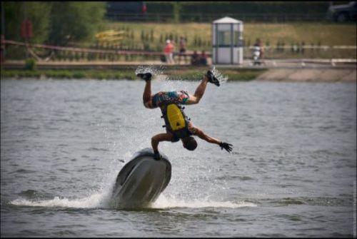 парень падает в воду