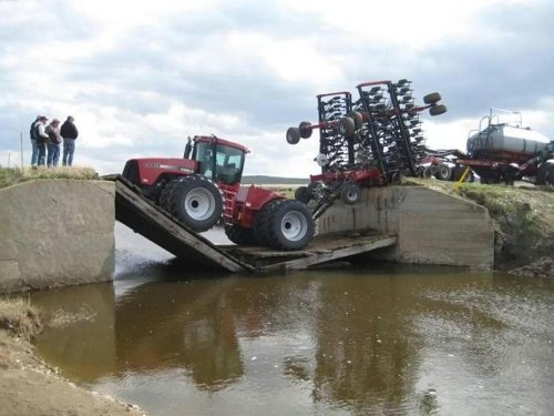 трактор провалился с мостом