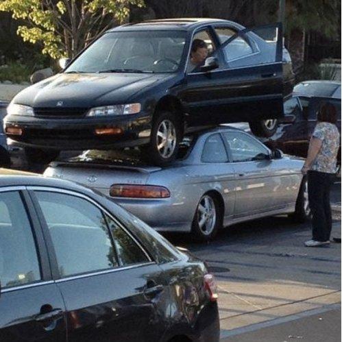 машина поверх другой машины