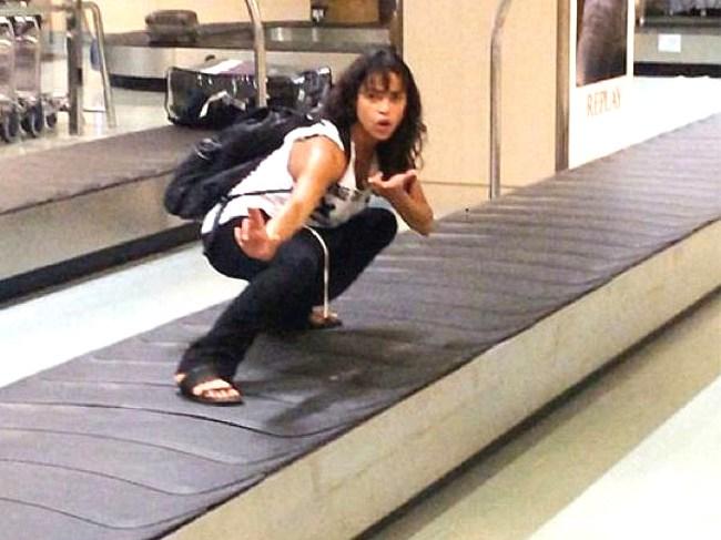 девушка на дорожке для багажа