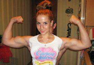девушка с мускулистыми руками