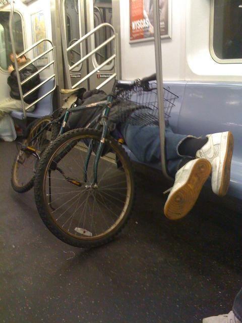 мужчина с велосипедом в вагоне метро