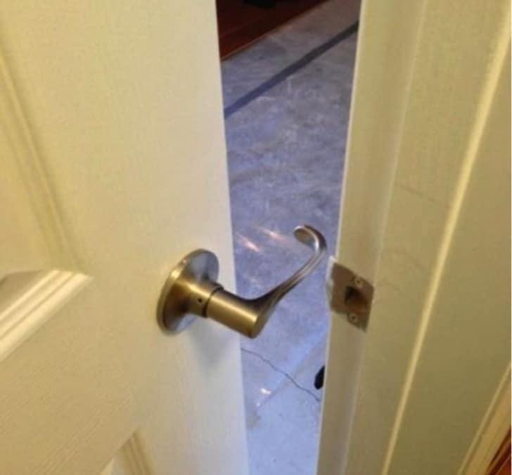 незакрывающаяся дверь