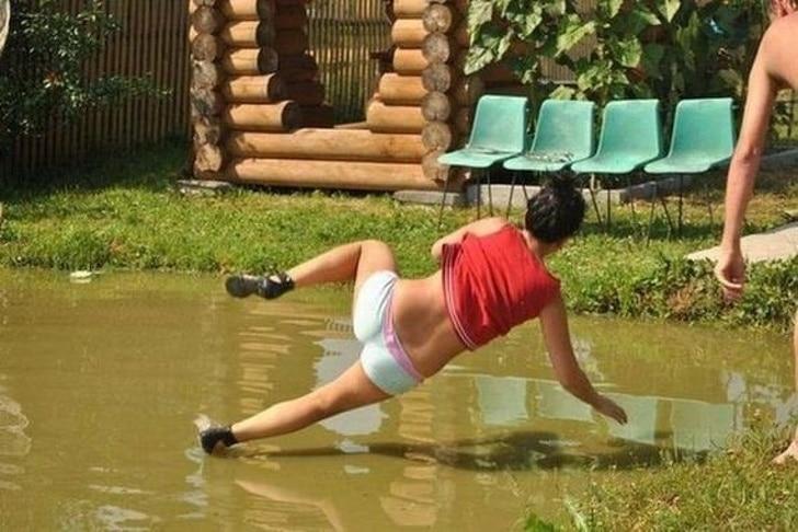 девушка упала в лужу