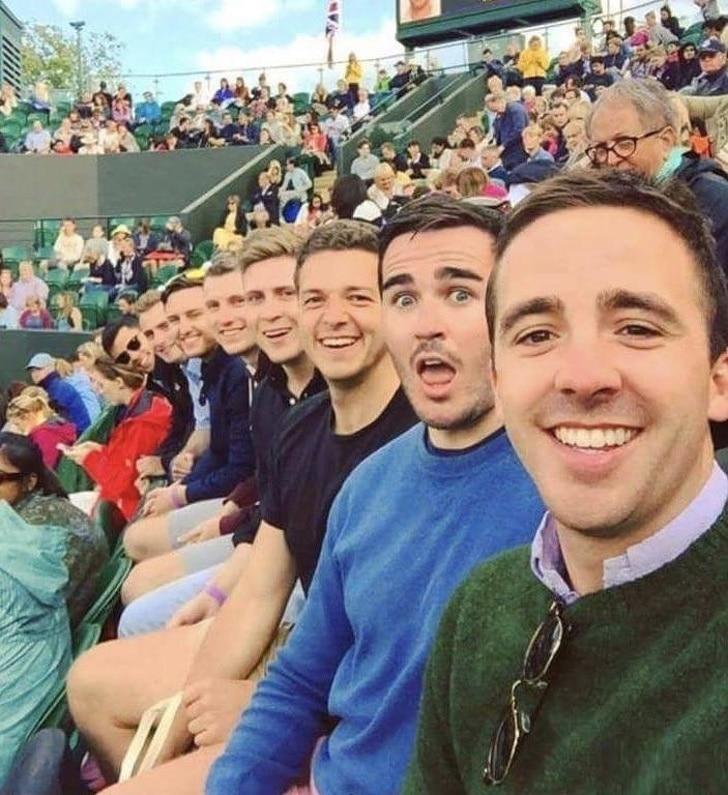 селфи парней на стадионе