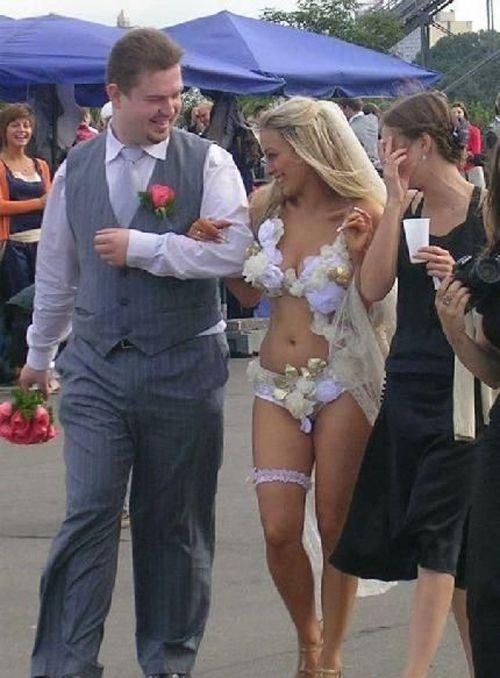 Невеста в лифчике и трусиках