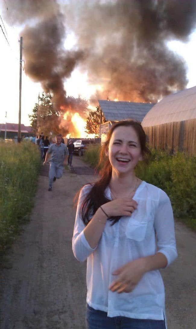 девушка на фоне пожара