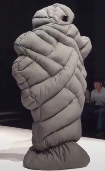 модель завернутая в одеяло на подиуме
