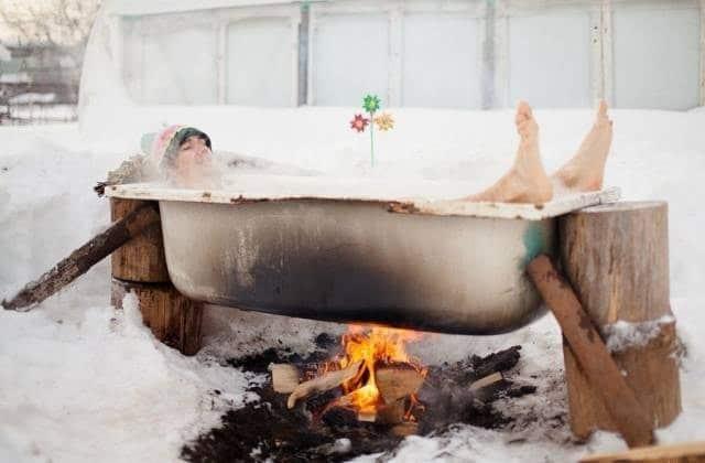 человек в ванне над костром