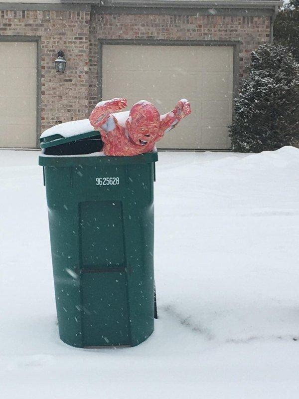 манекен в мусорном баке