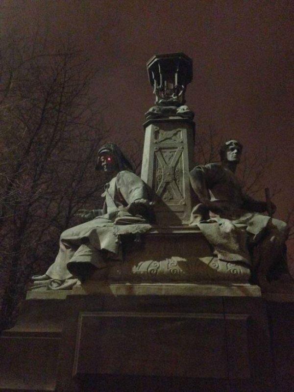 памятник ночью