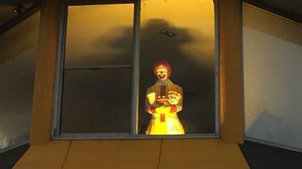 клоун в окне