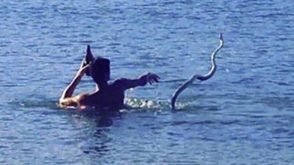 парень в реке