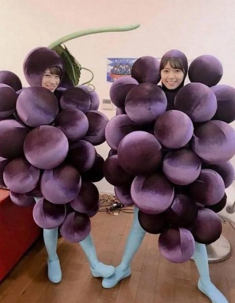 девушки в костюме винограда