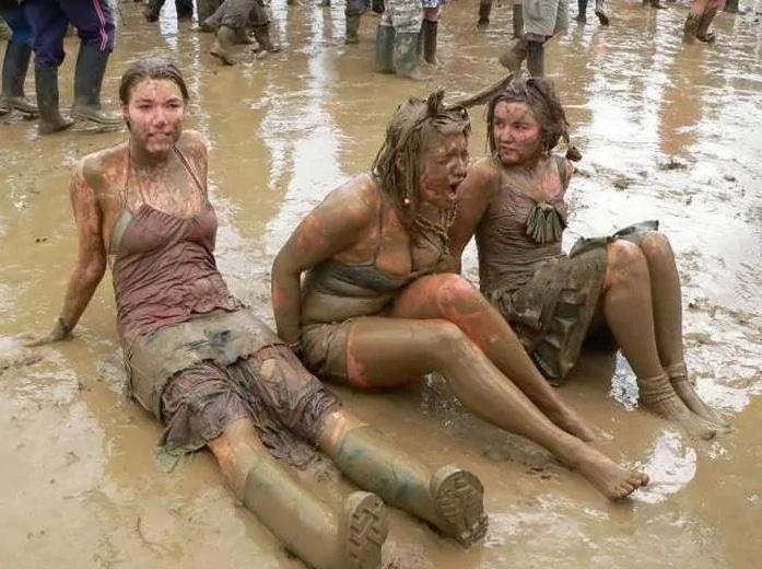 три девушки сидят в грязи