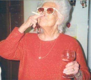 бабушка с рюмкой и сигаретой