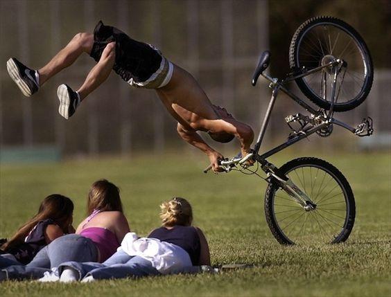 парень падает с велосипеда на девушек