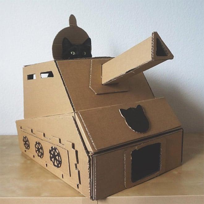 черный кот в картонном танке