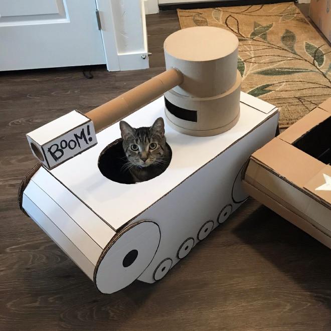 полосатый кот в игрушечном танке
