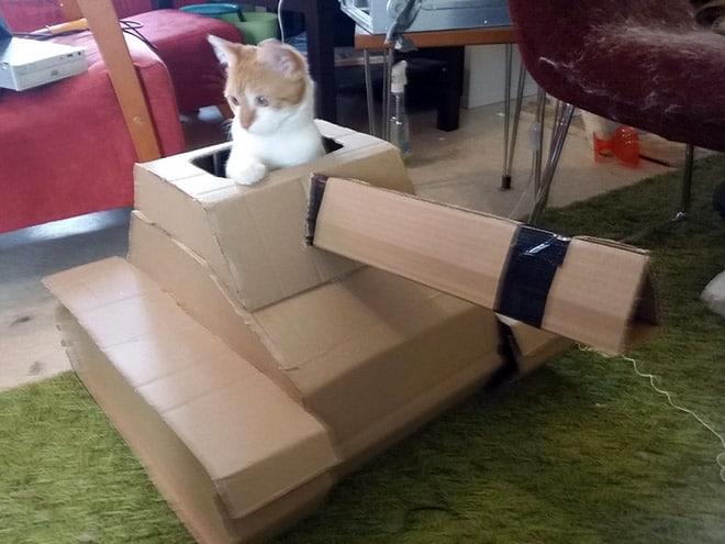 рыже-белый кот в танке