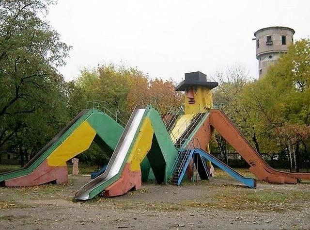 странная детская площадка