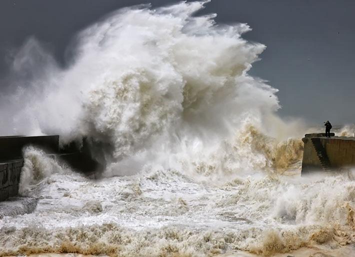 Фотограф снимает шторм