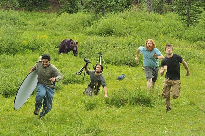 Бегущие от медведя фотографы