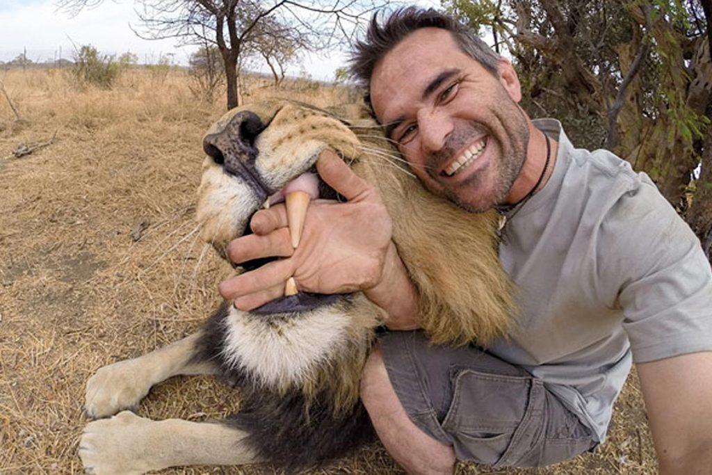 мужчина с рукой в пасти льва