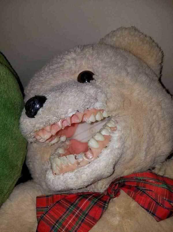 плюшевый медведь с зубами
