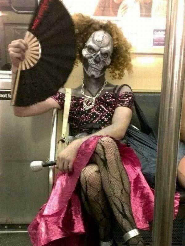 женщина с веером в метро