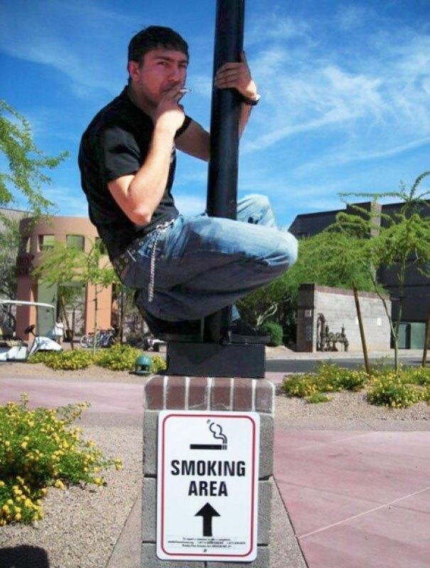 парень с сигаретой на столбе