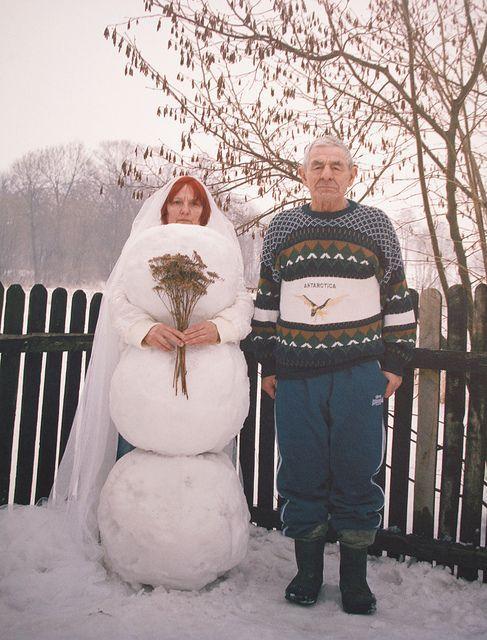 мужчина и женщина рядом со снеговиком