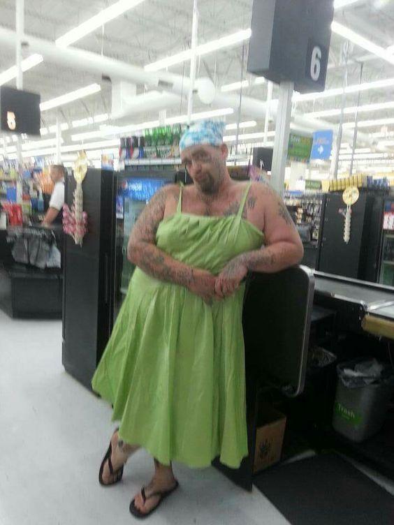 мужчина в зеленом сарафане