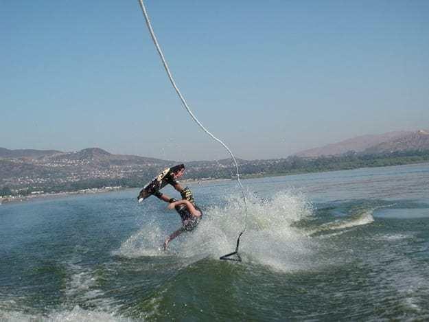 парень на водных лыжах