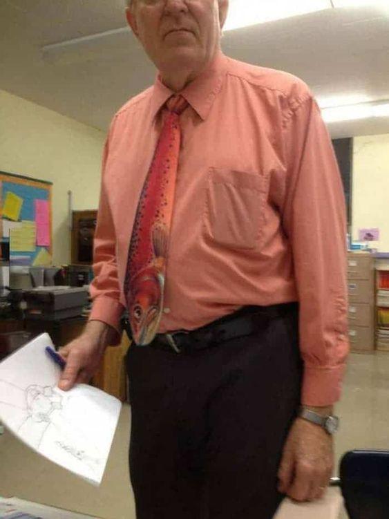 мужчина в галстуке с принтом рыбы