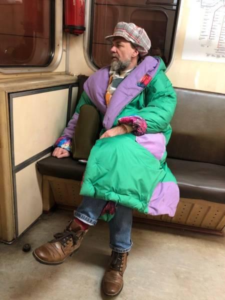 Мужчина в кепи и цветном пуховике