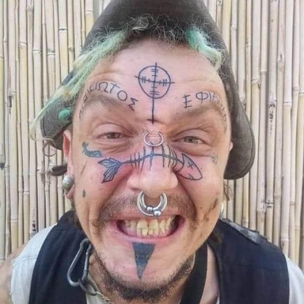 парень с татуировками