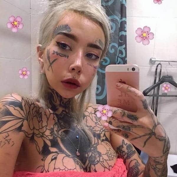 девушка в татуировках на теле