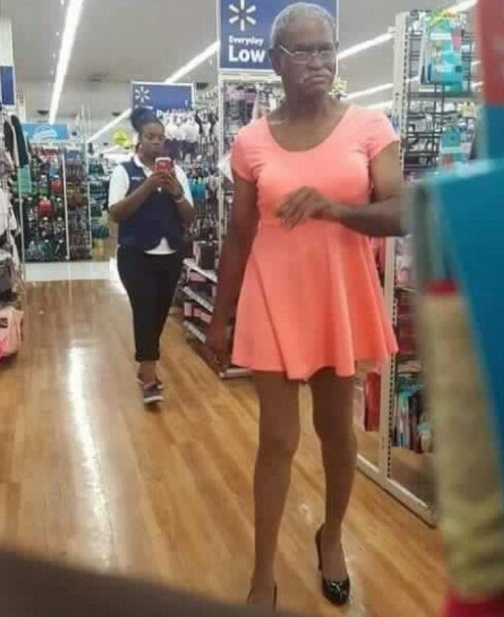 мужчина в платье и на каблуках