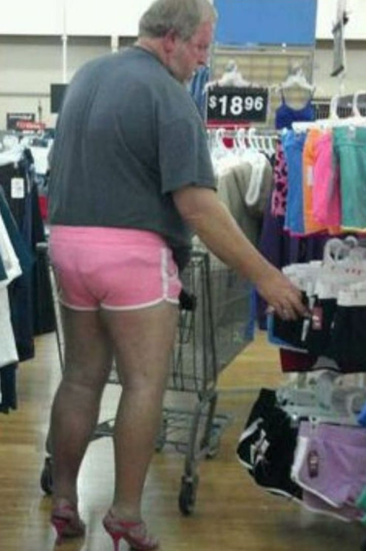 мужчина в розовых шортах на каблуках