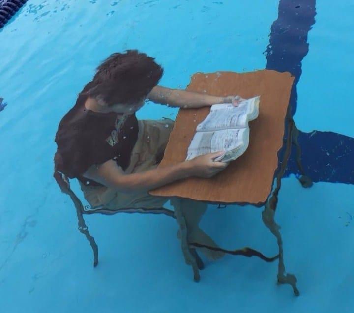 человек под водой