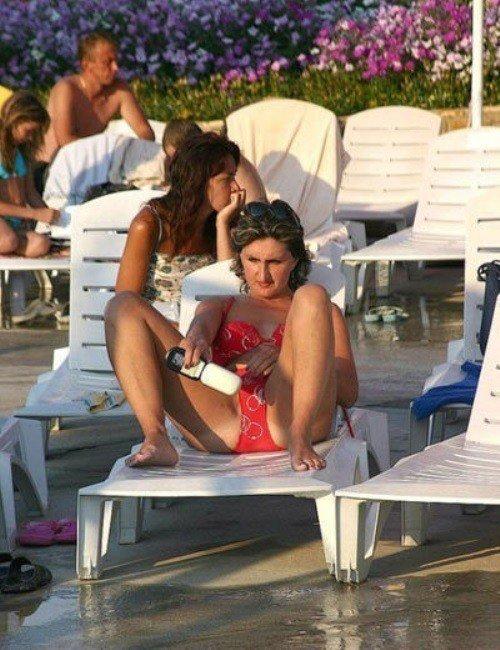 женщина в красном купальнике на шезлонге