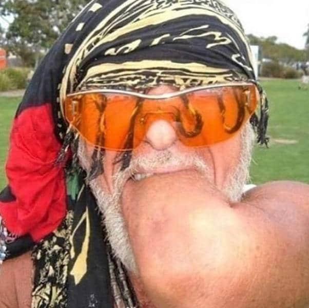 Мужчина засовывает себе руку в рот
