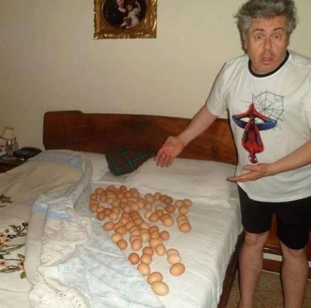 Мужчина откидывает одеяло, а на простыни гора яиц